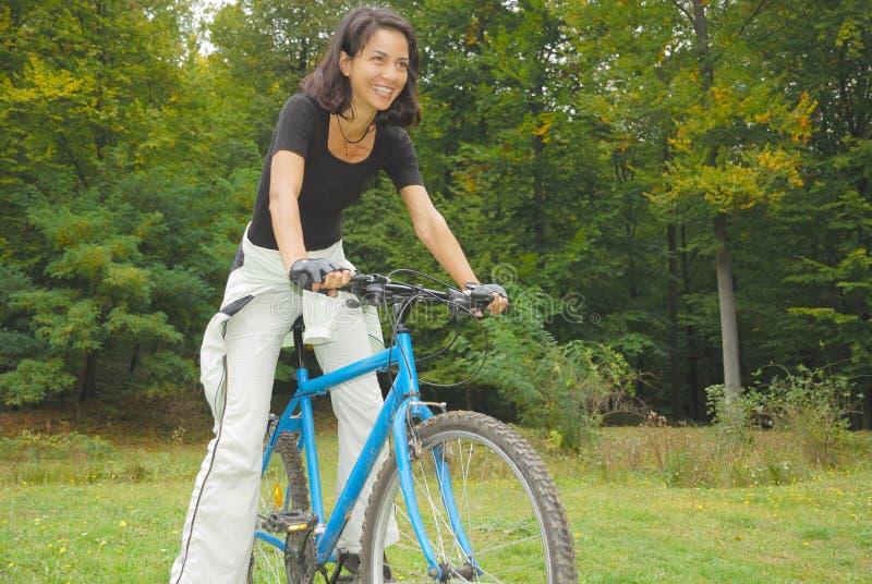 愉快的骑自行车的人 免版税库存图片