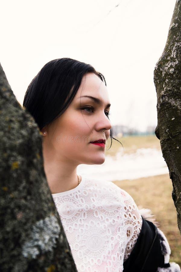 愉快的年轻人, elegand,骄傲的妇女画象外面 免版税图库摄影