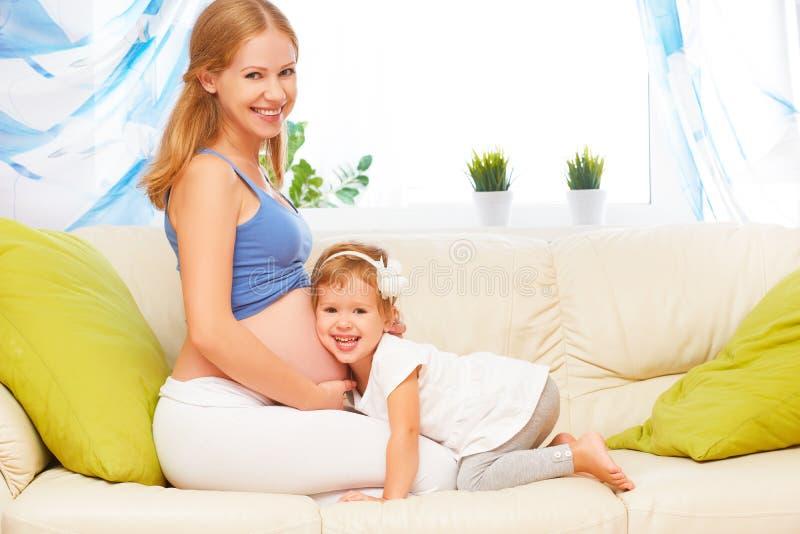 愉快的系列 获得怀孕的母亲和小的女儿乐趣放松 库存照片