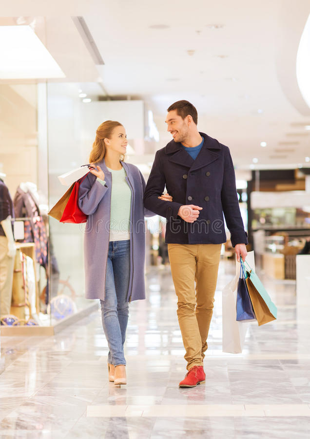 愉快的年轻加上在购物中心的购物袋 库存图片