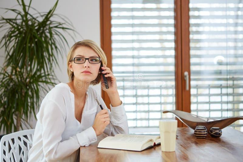 愉快的移动电话联系的妇女年轻人 免版税图库摄影