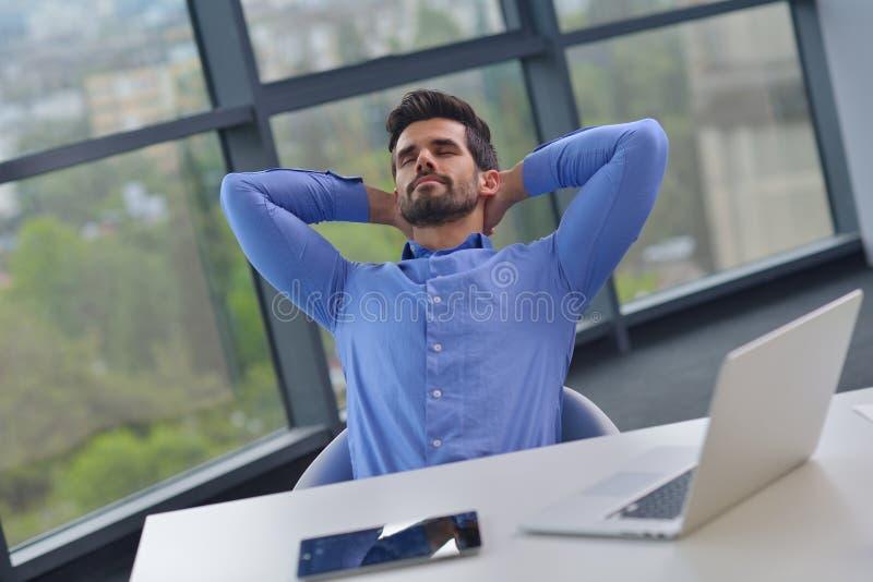 愉快的年轻商人在办公室 库存照片