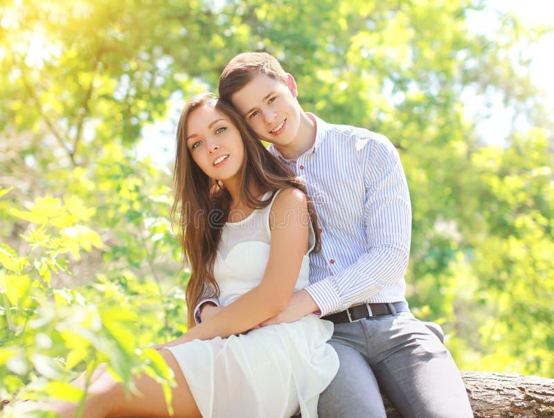 愉快的年轻夫妇一起在晴朗的夏天 图库摄影