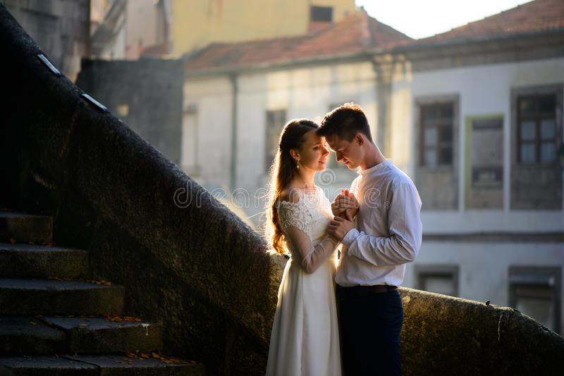 愉快的年轻夫妇和明亮的光 库存图片