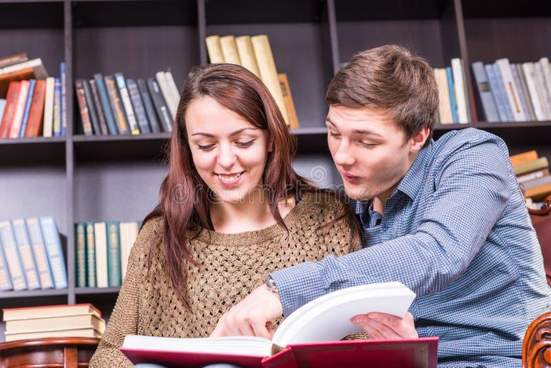 愉快的年轻夫妇喜欢读书 免版税图库摄影