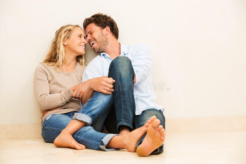 愉快的年轻夫妇在家 免版税库存照片
