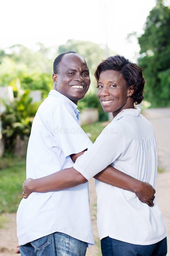 愉快的年轻夫妇在度假 免版税库存图片