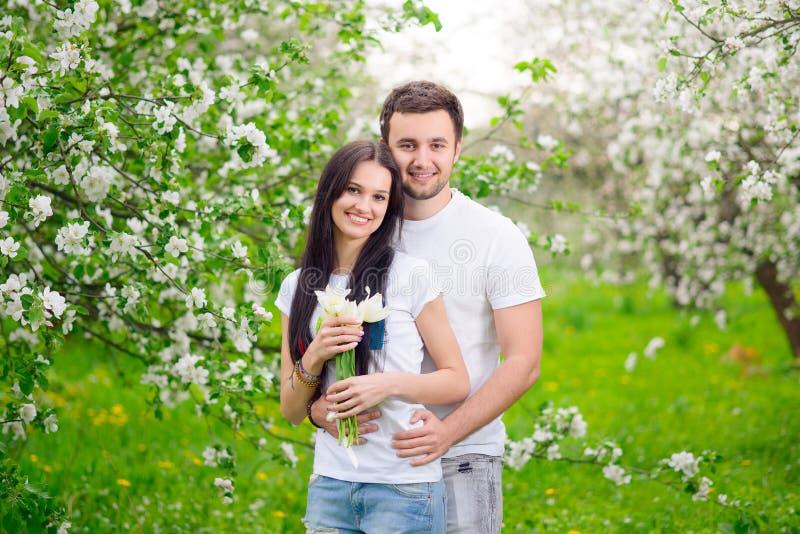 愉快的年轻夫妇在庭院里 库存照片
