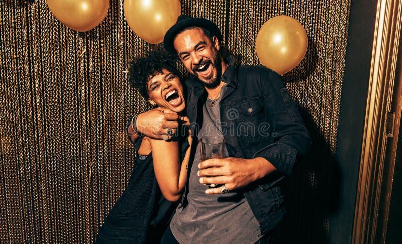 愉快的年轻夫妇获得乐趣在迪斯科 库存照片