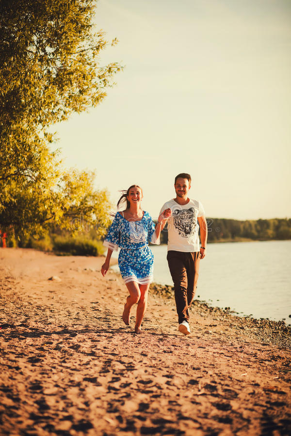 Download 愉快的年轻夫妇赛跑 库存图片. 图片 包括有 逗人喜爱, 自由, 沙子, 夏令时, 晴朗, 愉快, 女性 - 62531123