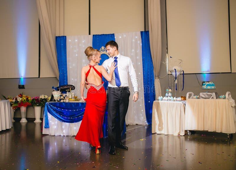 愉快的年轻夫妇跳舞探戈画象在婚礼宴会的 免版税库存照片