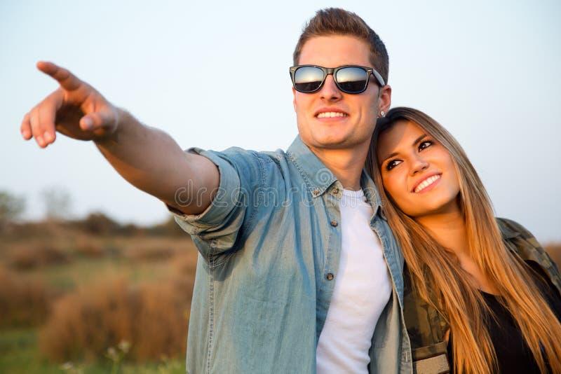 愉快的年轻夫妇画象在领域的 库存图片
