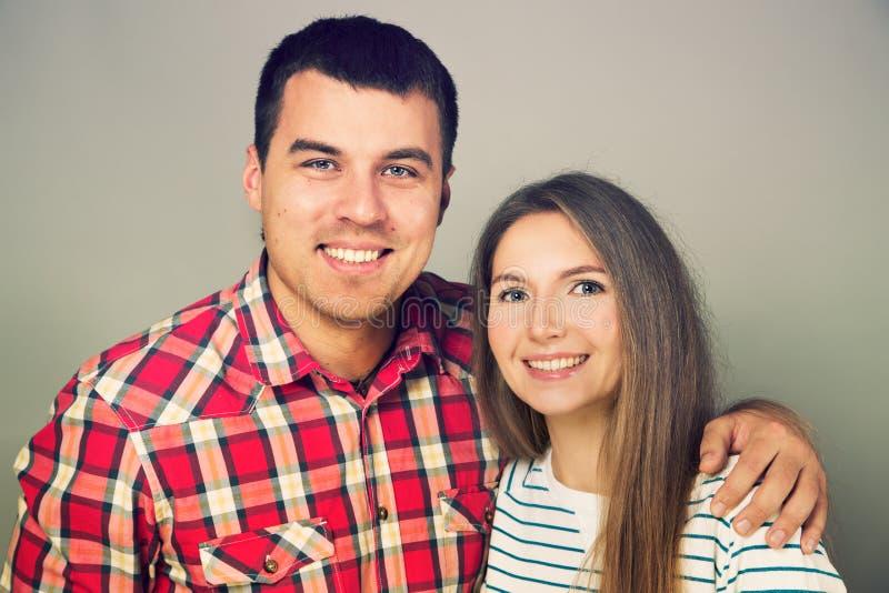 愉快的年轻夫妇画象  图库摄影