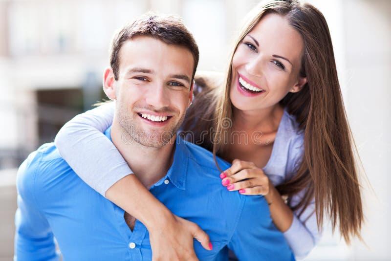 愉快的年轻夫妇 免版税库存图片