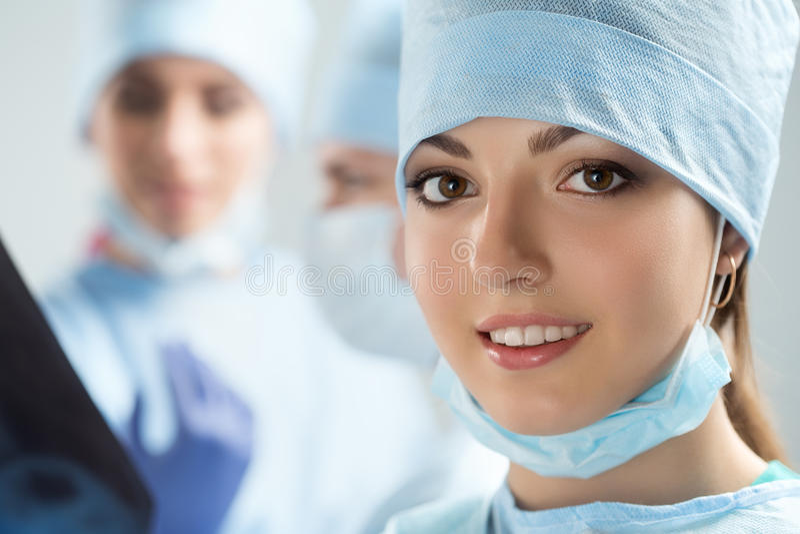 愉快的年轻女性外科医生或实习生画象  库存照片