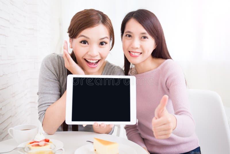 愉快的年轻女性朋友 免版税库存图片