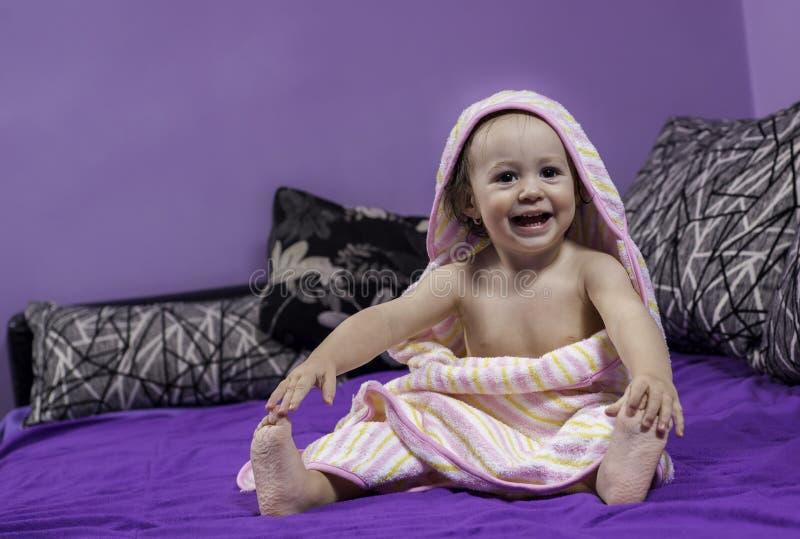 愉快的婴孩在沐浴以后笑 免版税库存照片
