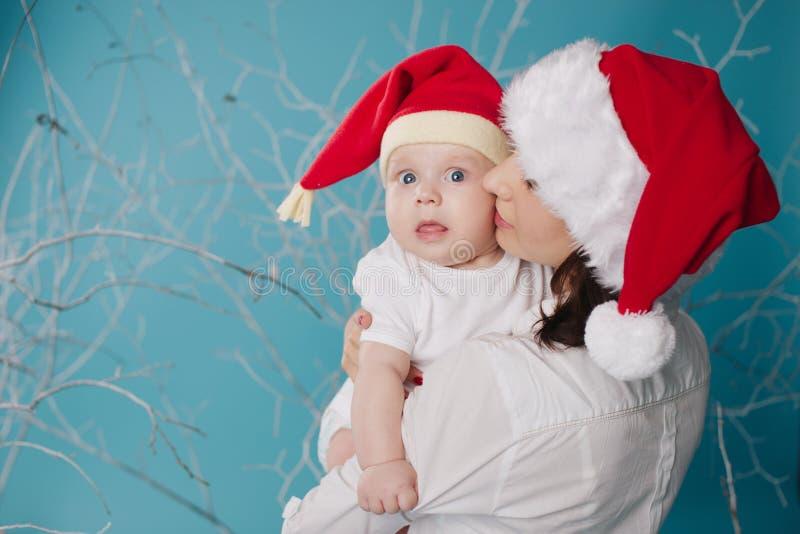 愉快的婴孩她的母亲 图库摄影