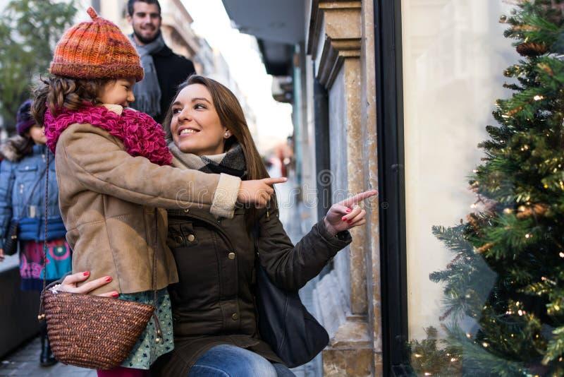 愉快的年轻家庭获得乐趣在街道 免版税库存图片