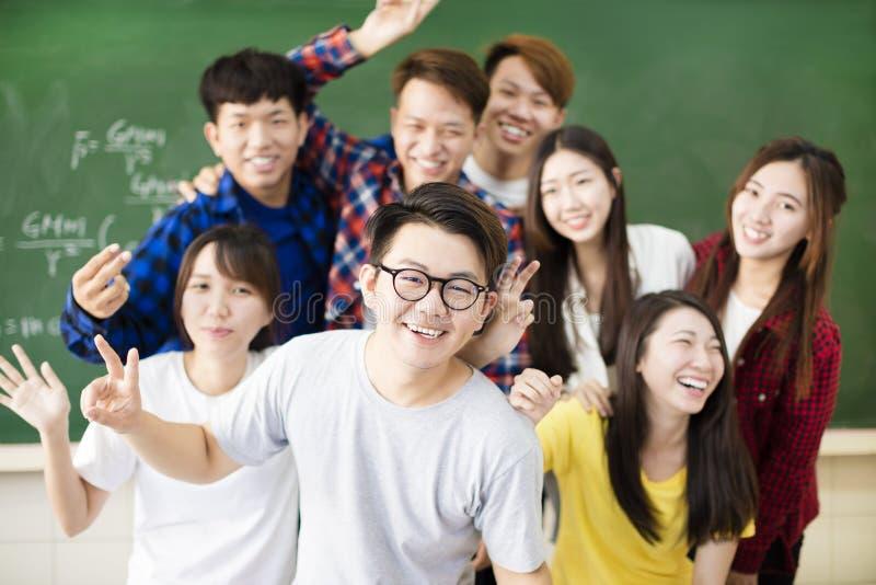 愉快的年轻小组大学生在教室 库存照片