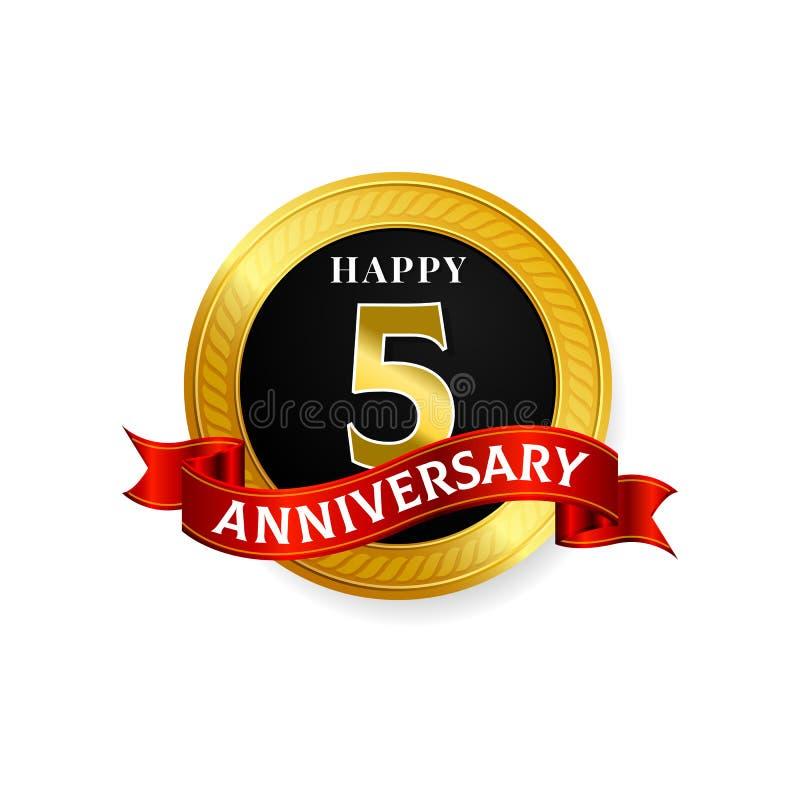 愉快的5年与圆环和丝带的金黄周年商标庆祝 向量例证