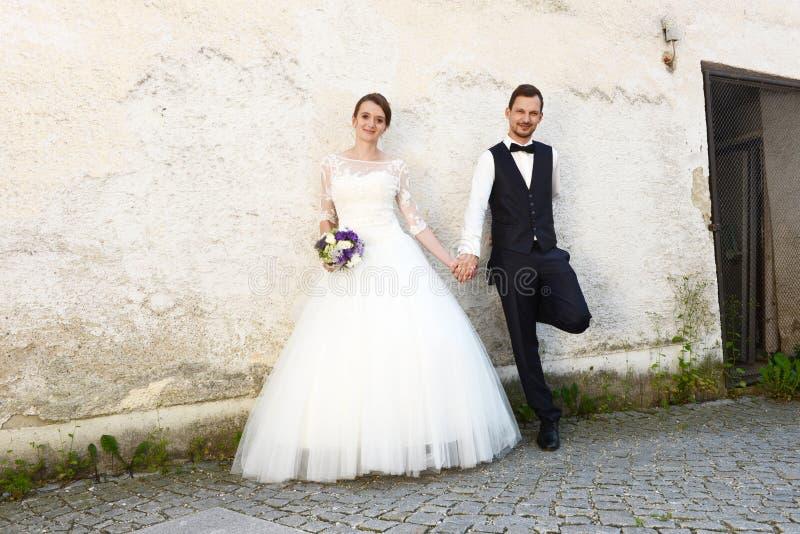 愉快的年轻新已婚夫妇 库存照片