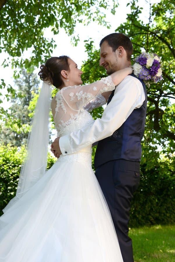愉快的年轻新已婚夫妇 免版税库存图片