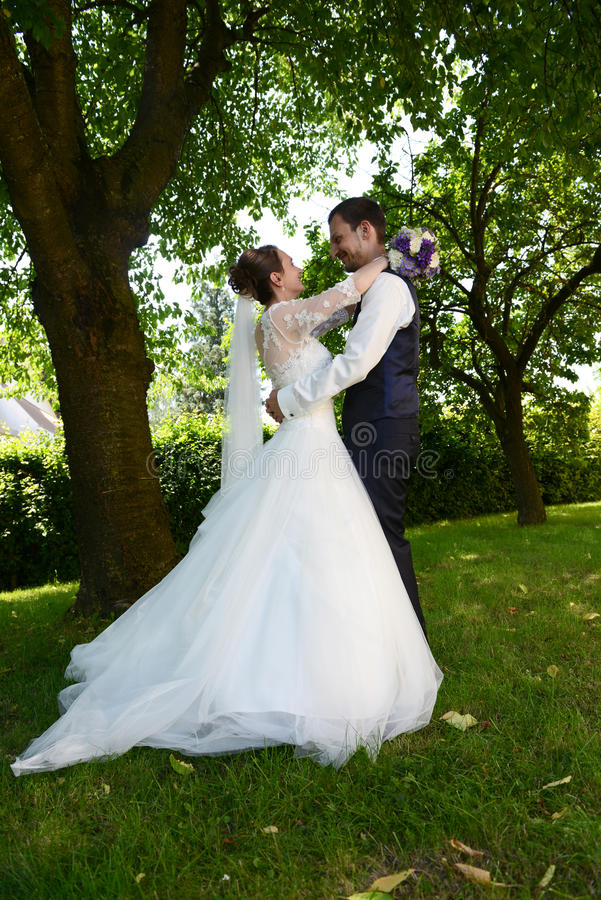 愉快的年轻新已婚夫妇 免版税库存照片