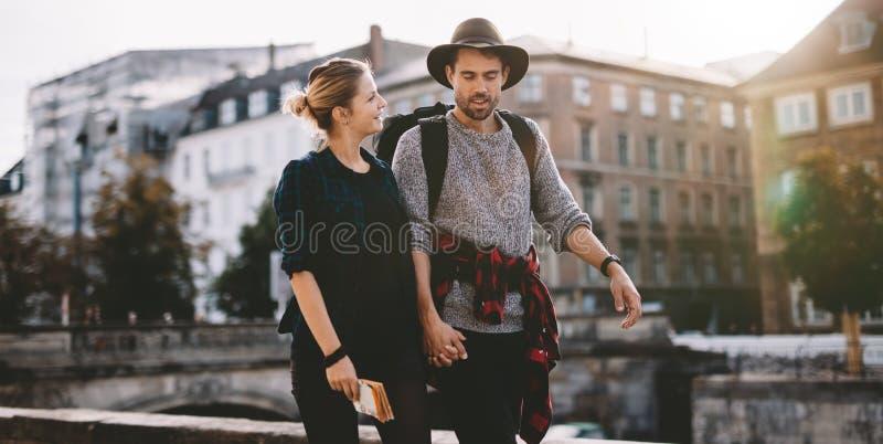 愉快的年轻旅游夫妇在度假 免版税库存图片