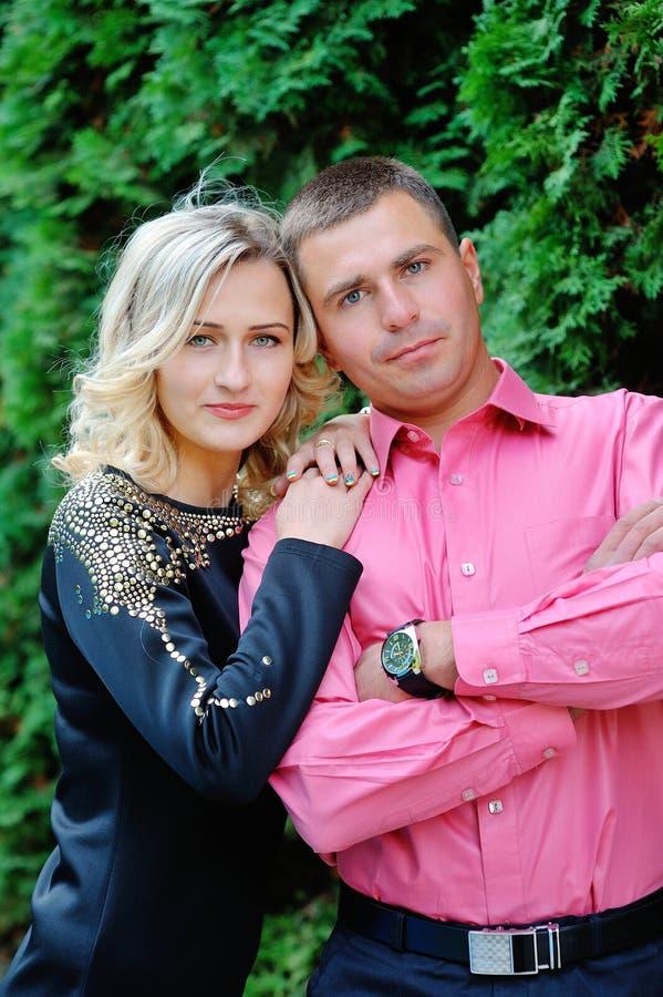 愉快的年轻有吸引力的夫妇画象,微笑在室外envir 图库摄影