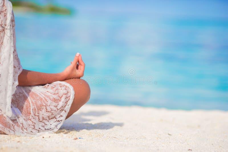 愉快的轻松的少妇实践的瑜伽户外 免版税库存照片