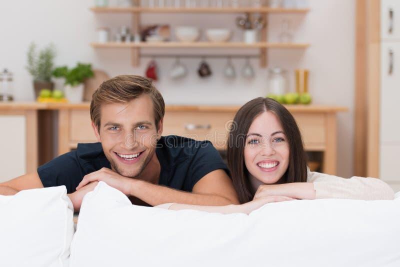 愉快的轻松的年轻夫妇在家 免版税图库摄影