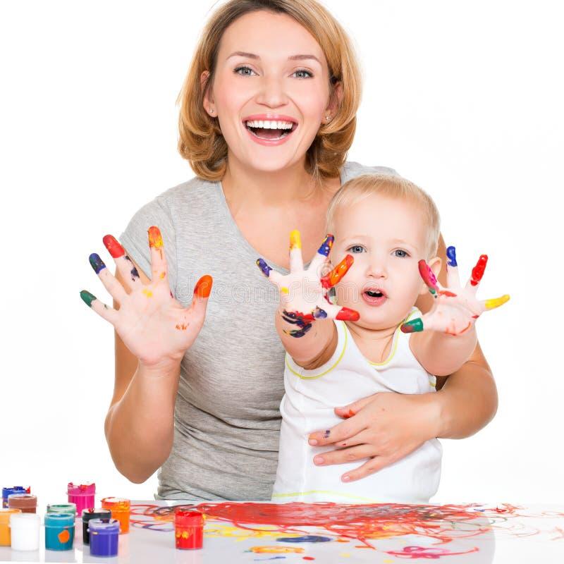 愉快的年轻母亲和孩子用被绘的手。 免版税库存照片