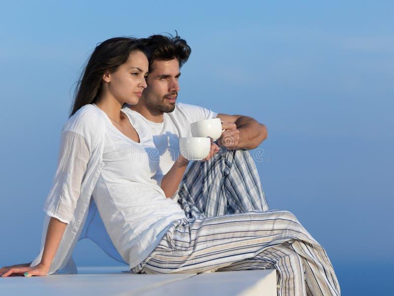 愉快的年轻浪漫夫妇安排乐趣arelax在家放松 免版税库存照片