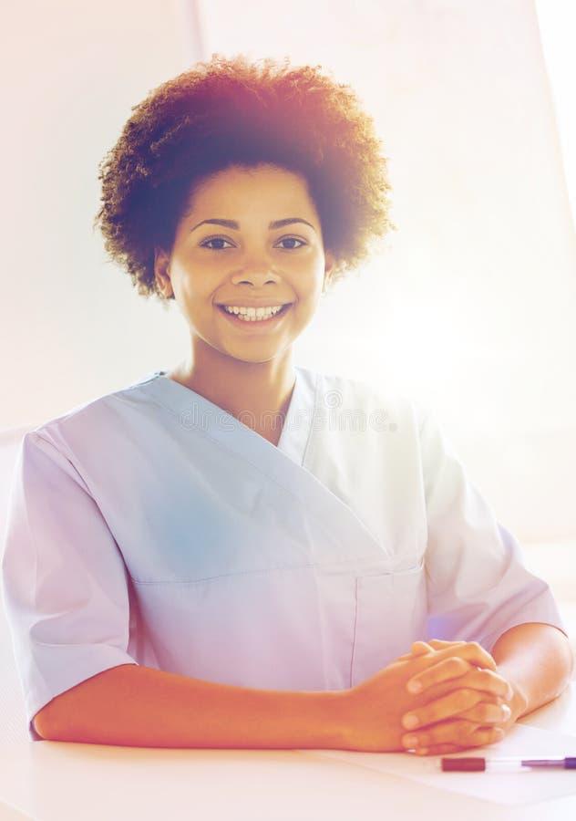 愉快的医生或护士有剪贴板的在医院 库存照片