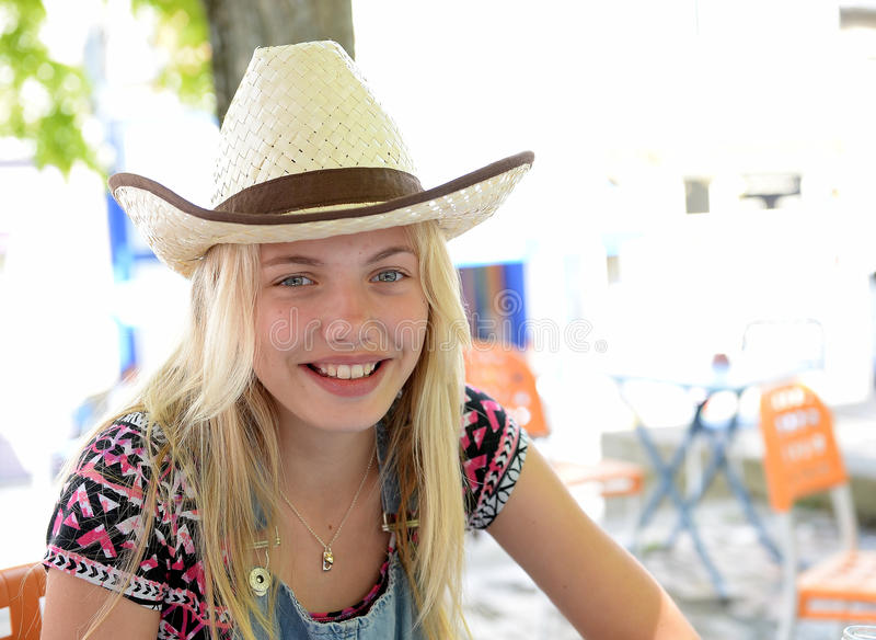 愉快的年轻白肤金发的女孩 免版税图库摄影