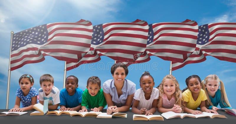 愉快的说谎与书的老师和学生反对美国国旗 免版税库存图片