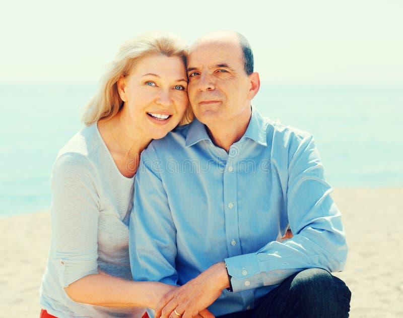 愉快的年长夫妇花费时间 免版税库存照片