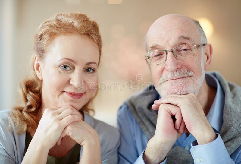 愉快的年长夫妇画象在家 图库摄影