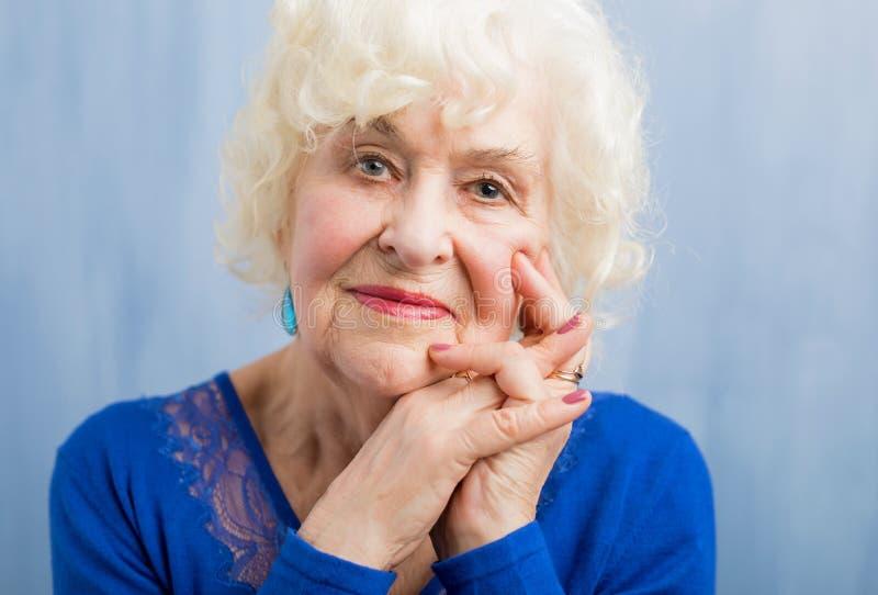 愉快的年长妇女美丽的画象  免版税库存图片