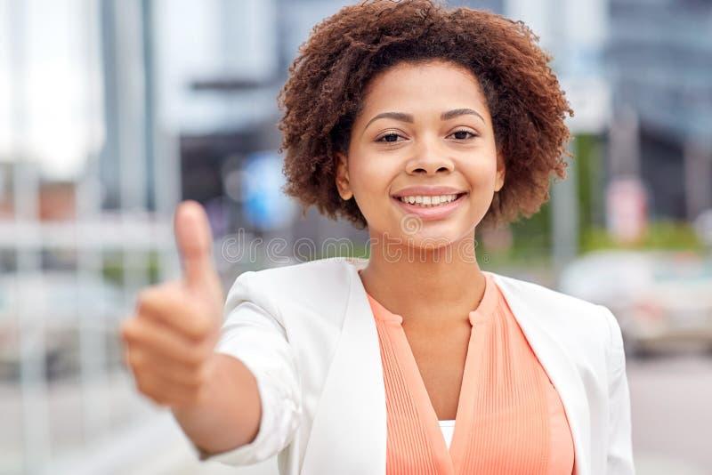 愉快的年轻非裔美国人的女实业家在城市 免版税库存照片