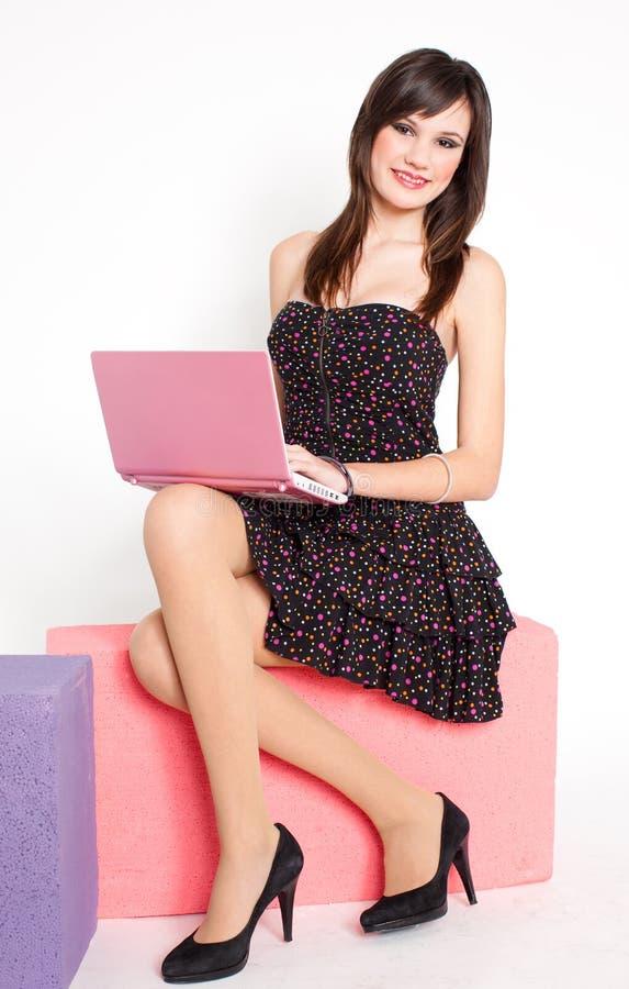 愉快的netbook粉红色妇女年轻人 图库摄影