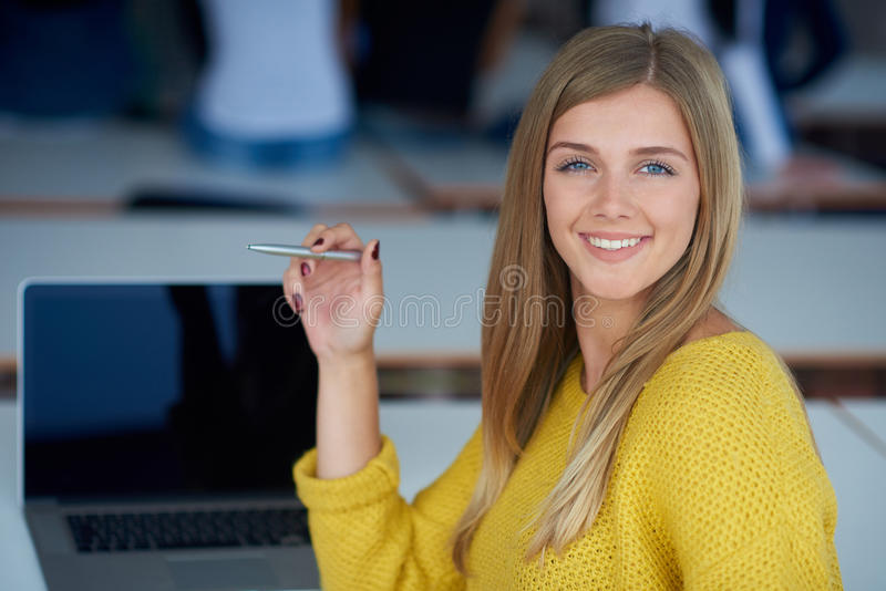愉快的smilling的学生女孩画象技术教室的 库存图片