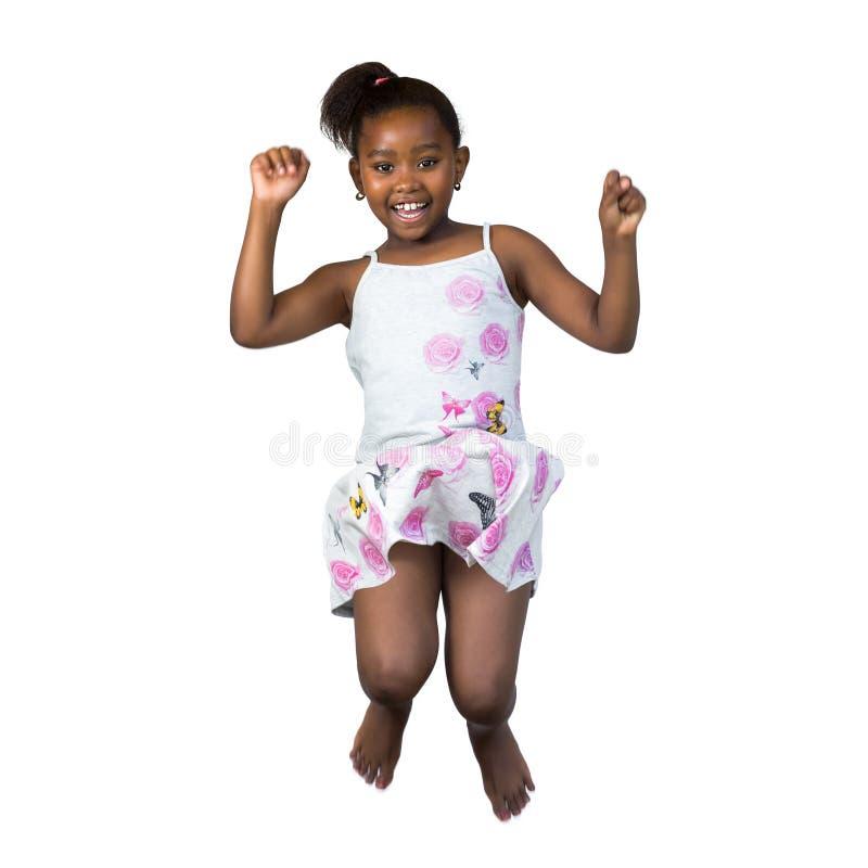 愉快矮小非洲女孩跳跃 库存图片