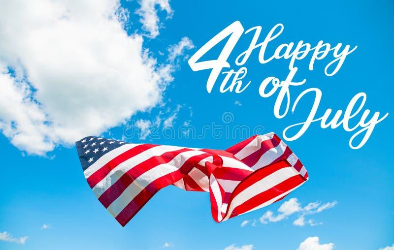 愉快第4 7月独立日 美国国旗在天空蔚蓝背景中 库存图片