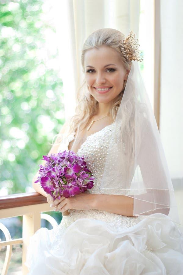 愉快美丽的新娘的礼服她的婚礼 图库摄影