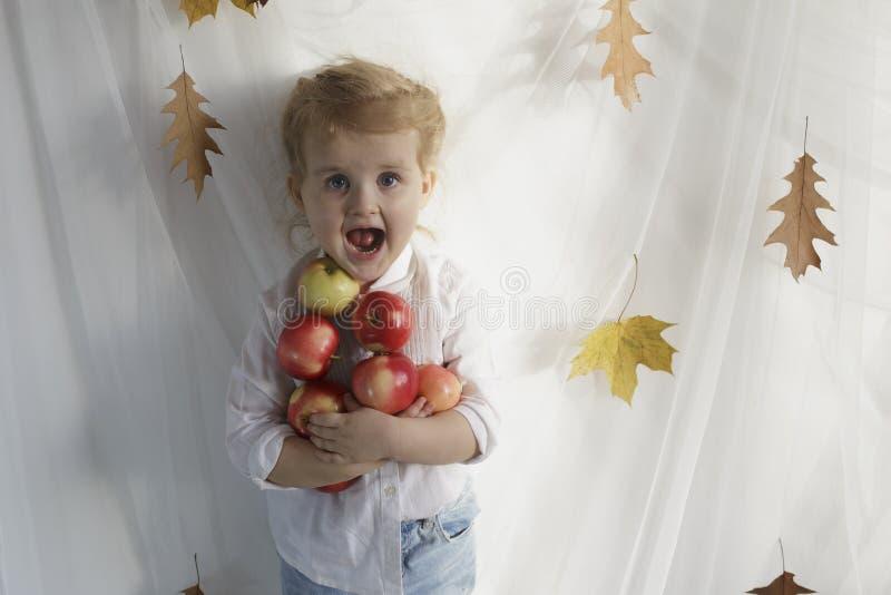 愉快苹果的女孩 免版税库存照片