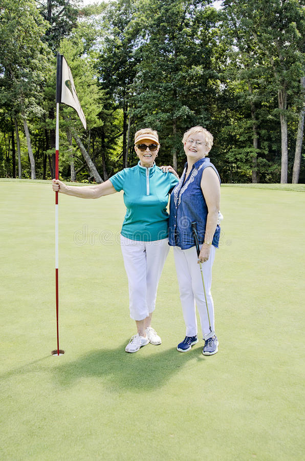 愉快资深女子打高尔夫球 库存图片