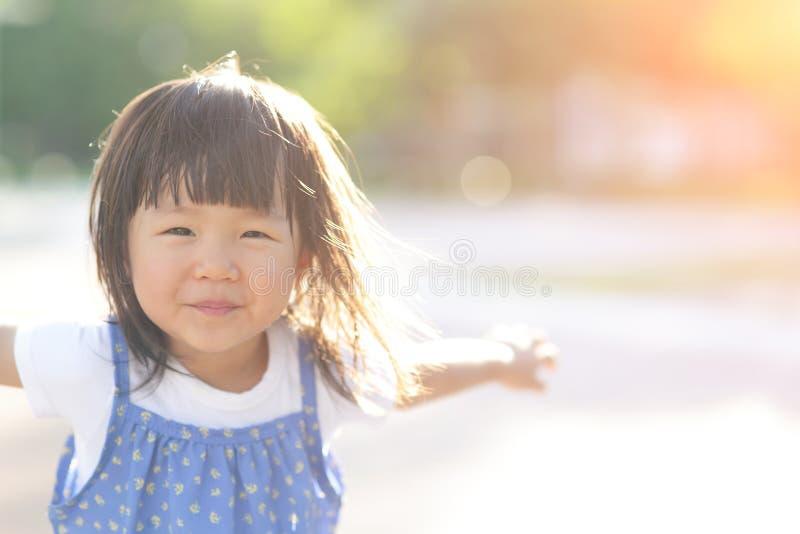 愉快逗人喜爱的女孩一点 免版税库存照片
