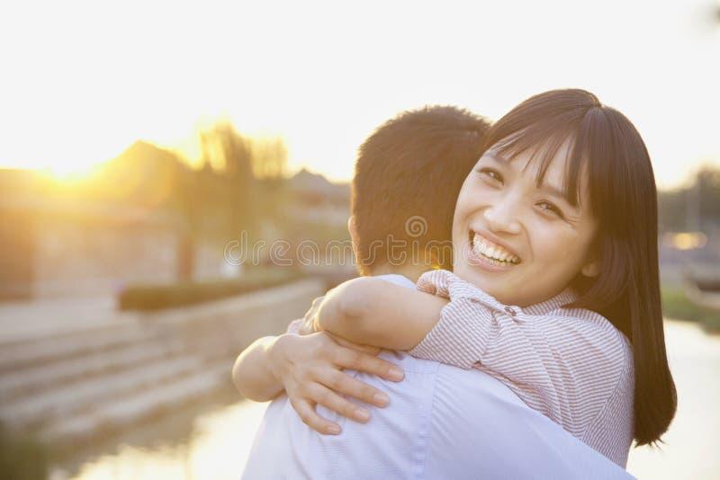 愉快年轻夫妇拥抱 库存照片